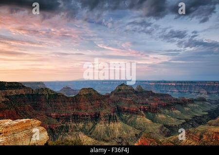 Amanecer de verano durante los tres templos y el borde norte de Arizona Grand Canyon National Park desde el punto brillante del ángel.