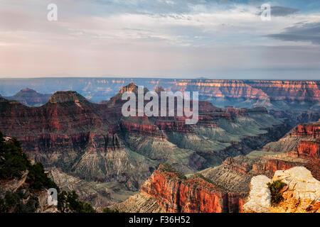 La luz de la mañana temprano calienta el borde norte del punto brillante del ángel en Arizona del Grand Canyon National Park.