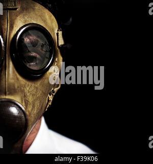 Primer plano retrato de un hombre con una máscara de gas