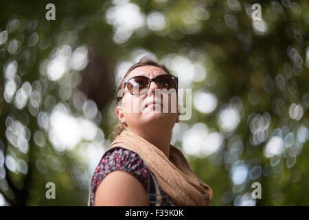 Retrato de una mujer adulta media en el parque Foto de stock
