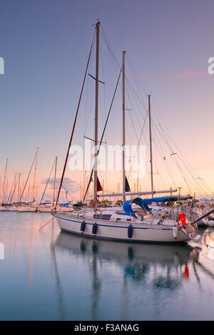 Atardecer en Alimos Marina en Atenas, Grecia Foto de stock