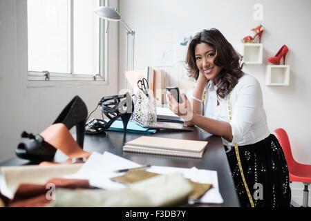 Mujer sosteniendo su barbilla en la mano foto imagen de for Maduras en la oficina