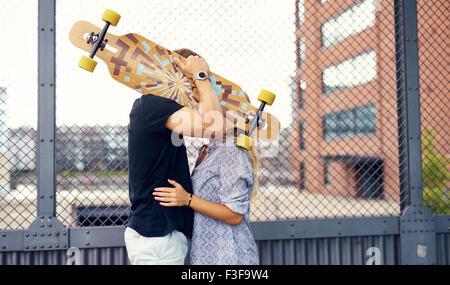 Dulce pareja besos y caricias mutuamente