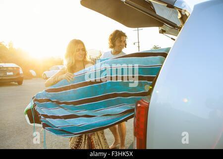 Par tomar las tablas de surf desde el maletero de un coche