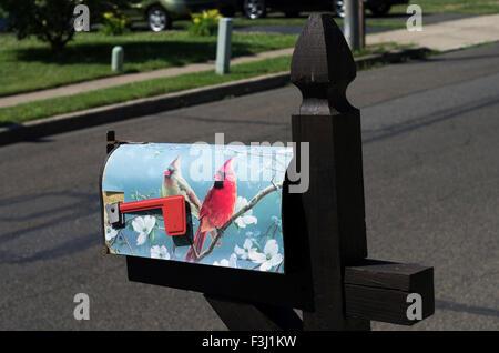 Buzón en Pennsylvania está decorada con dos cardenales Foto de stock