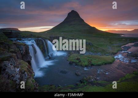 Amanecer sobre la montaña Kirkjufell y cascada, Grundarfjordur, península de Snaefellsnes, Vesturland, Islandia. Foto de stock