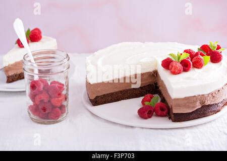Tres mousse de chocolate cake slice en una pequeña placa