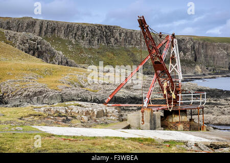 Antiguo embarcadero y la grúa en Neist Point en la Isla de Skye, Escocia. Foto de stock