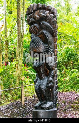 """Tiki, Ku, Dios hawaiano. Mono histórico árbol Pod tallados a mano por el Maestro tallista de William """"Rocky"""" Vargas, Hawai'i botánicos tropicales"""