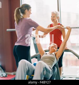 20-24 AÑOS 70-74 AÑOS 75-79 AÑOS actividad adultos único atleta bodybuilding color image anciana ejercer de pelo gris