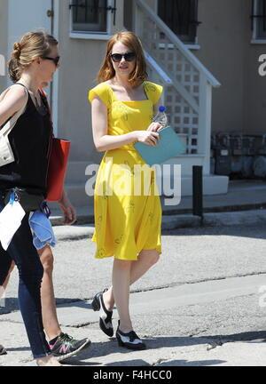 La Actriz Emma Stone Llevaba Un Vestido Vintage De Color Amarillo Brillante Para Una Escena De Su Próxima Película La La Land El Rodaje En West Hollywood Con Emma Stone Donde Los