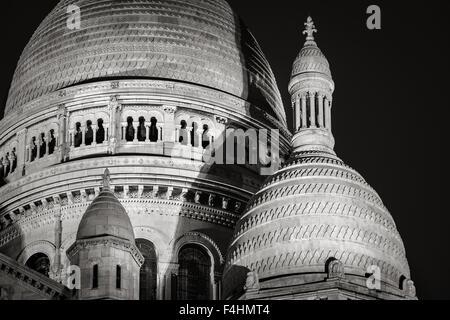 Detalle de las cúpulas de la basílica del Sacré Coeur (Basílica del Sagrado Corazón) en la noche, Montmartre, 18ª, París, Francia Foto de stock