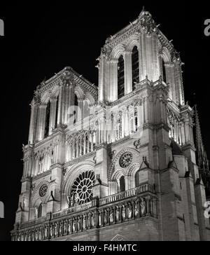 Las torres y la fachada de la catedral de Notre Dame de Paris iluminado en la noche, Ile de la Cite, Francia. La arquitectura gótica francesa