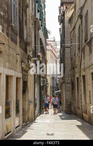 Los turistas en una pequeña calle peatonal en el Palacio de Diocleciano en Split, Croacia.