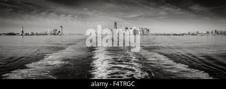 Blanco y Negro panorámicas de Nueva York con el Bajo Manhattan y el distrito financiero de los rascacielos y la estatua de la libertad. Foto de stock