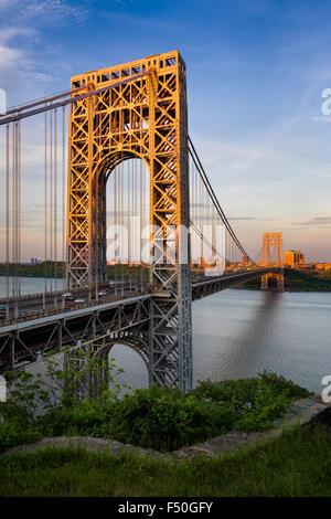 Vista del atardecer del Puente George Washington cruzando el río Hudson conectando en Fort Lee, Nueva Jersey, y la parte superior de Manhattan, Nueva York. Foto de stock