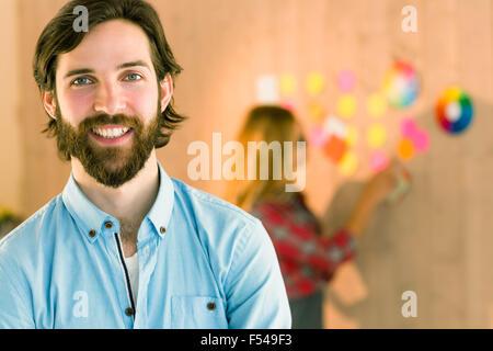 Hombre sonriendo a cámara creativos
