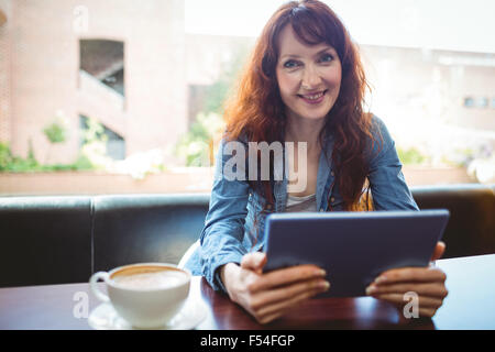 Estudiantes Maduros con tablet en cafe Foto de stock
