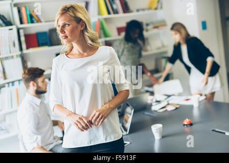 Retrato de una hermosa empresaria en Office