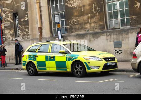Paramédico ambulancia coche aparcado en el centro de la ciudad de Bristol, octubre de 2015