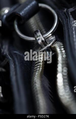 La cremallera de la bolsa de cuero negro, macro shot.