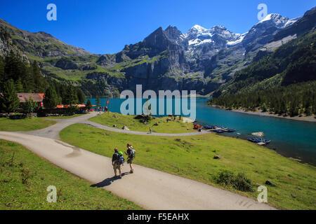 Excursionistas alrededor del lago Oeschinensee, en el Oberland Bernés Kandersteg, Cantón de Berna, Suiza, Europa Foto de stock