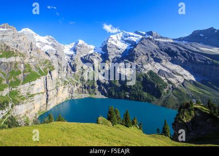 Verano vista del lago Oeschinensee, en el Oberland Bernés Kandersteg, Cantón de Berna, Suiza, Europa Foto de stock