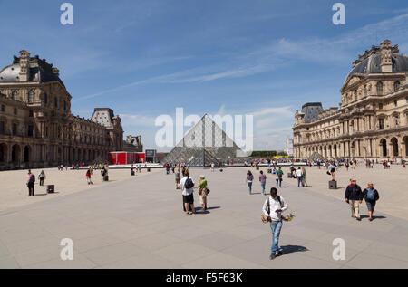Vista de la Pirámide del Louvre en el centro del patio Napoleón del Palais du Louvre, París, Francia.