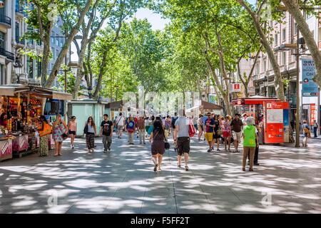 España, Cataluña, Barcelona, La Rambla, el paseo peatonal arbolada, muy popular entre los turistas y lugareños por igual
