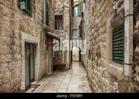 Y estrecho callejón vacío o calle peatonal en el casco antiguo de la ciudad de Split, Croacia.