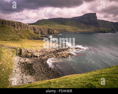 Waterstein Head en Camas nan Sidhean cerca a Neist Point Lighthouse Foto de stock