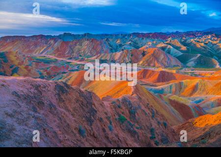 Formularios en Zhanhye Coloful Danxie Geo Park, provincia de Gansu, China Ballands erosionado en múltiples colores