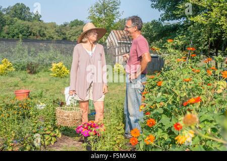 Los agricultores y las agricultoras charlando en el jardín