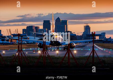Un avión de pasajeros a la espera de salir a la pista de aterrizaje en el aeropuerto de la City de Londres