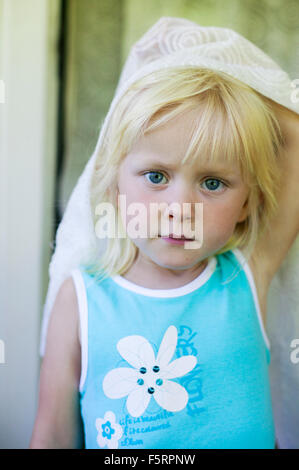 Suecia, Narke, Filipshyttan, Retrato de niña (4-5) que sujeta la cortina