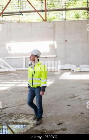 Suecia, Bohuslan, Torslanda, Hombre con casco en construcción