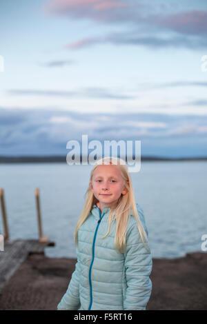 Suecia, Halland, Onsala, Retrato de niña (10-11) frente al lago de