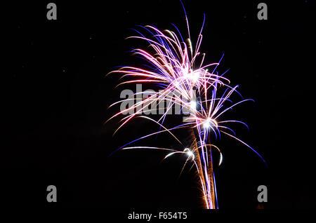 Hermosos fuegos artificiales en el cielo nocturno de invierno en el círculo polar ártico, en el norte de Noruega en la víspera de año nuevo del año 2014