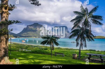 La Isla de Lord Howe, el Mar de Tasmania, Nueva Gales del Sur, Australia, la playa de La Laguna con el Monte Lidgbird y Gower Montaje en el fondo