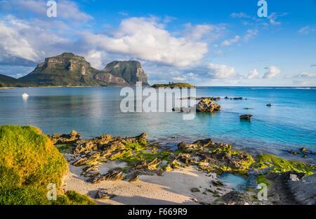 La Isla de Lord Howe, el Mar de Tasmania, Nueva Gales del Sur, Australia, Laguna y Blackburn Isla con Monte Lidgbird y Gower montaje