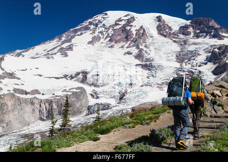 Mt. Ranier,Estados Unidos. 29ª.Jun,2015. Hombre dos caminatas por el sendero del Monte Rainier. Maria S./Alamy Foto de stock