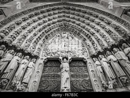 Portal central gótica de la catedral de Notre Dame de Paris con bajorrelieves de la última sentencia. Ile de la Cité, París, Francia