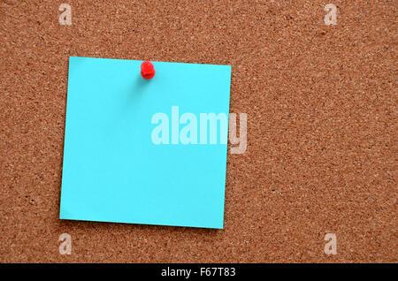 Notas en blanco anclado en corcho marrón