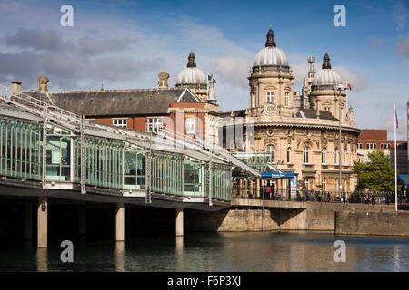 Reino Unido, Inglaterra, Yorkshire, Hull, Princes Dock Shopping Center y el Museo Marítimo en ex oficinas Dock Foto de stock