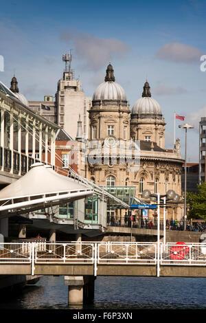 Reino Unido, Inglaterra, Yorkshire, Hull, Princes Dock Shopping Center, Princes Dock entrada desde la calle y museo marítimo Foto de stock