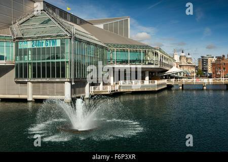 Reino Unido, Inglaterra, Yorkshire, Hull, Princes Dock Centro comercial, fuente de gimnasio disponible las 24 horas Foto de stock