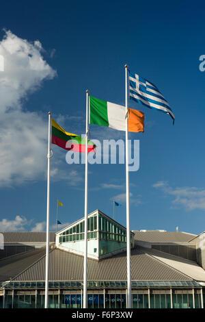 Reino Unido, Inglaterra, Yorkshire, Hull, banderas ondeando en el Castillo de la UE fuera de la calle Princes Dock Shopping Center, Foto de stock