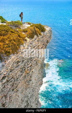 Los acantilados de piedra caliza, Bonifacio, costa sur de la isla de Córcega, Francia