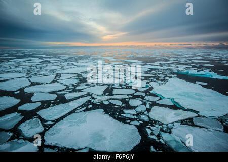 Amanecer sobre el mar de hielo Foto de stock