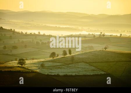 Amanecer sobre tierras en paisaje rural Foto de stock